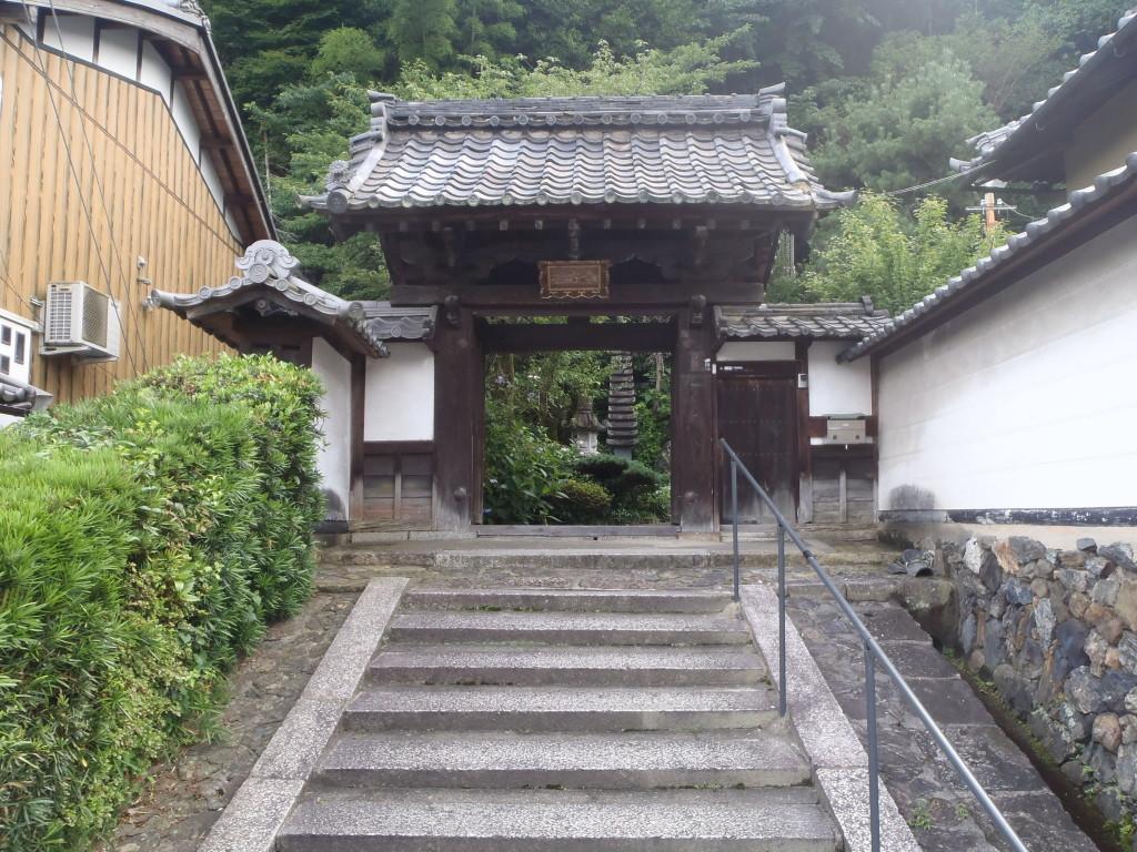 旧奈良街道に面する山門
