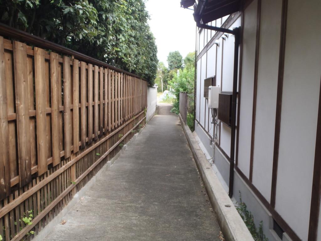 墓地へと続く整備された通路