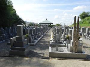 墓地は本堂の裏側にあります