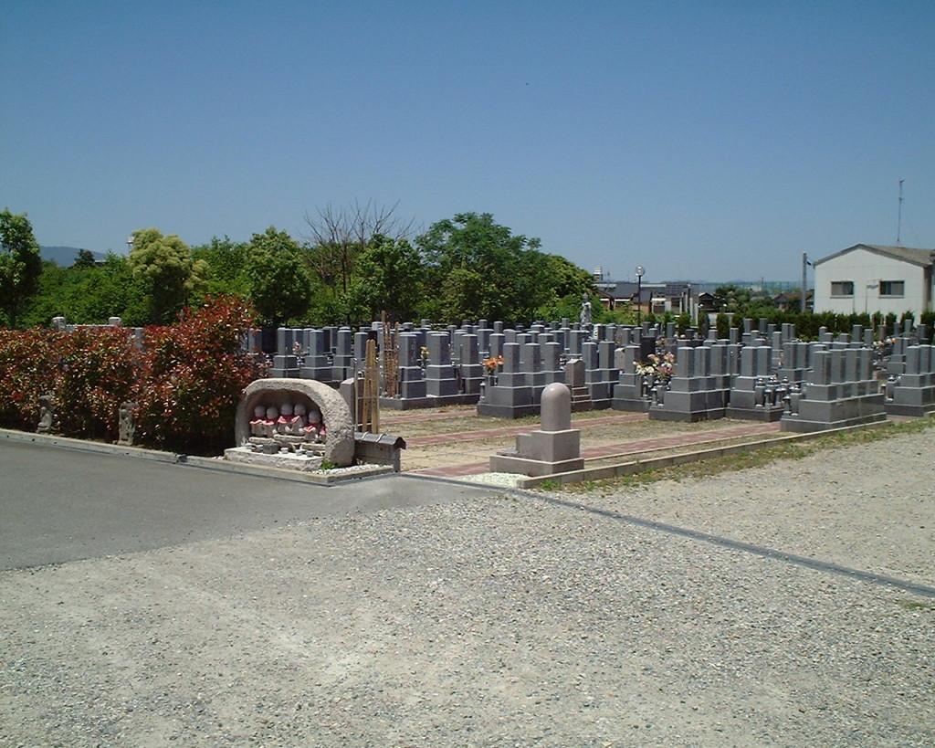 墓地の横にある大駐車場です