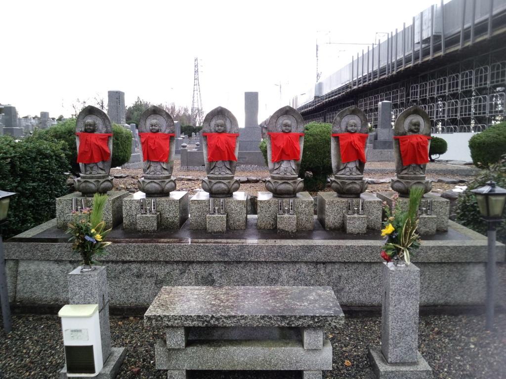 墓地入口にたたずむ六体地蔵尊が墓地を見守って下さっております
