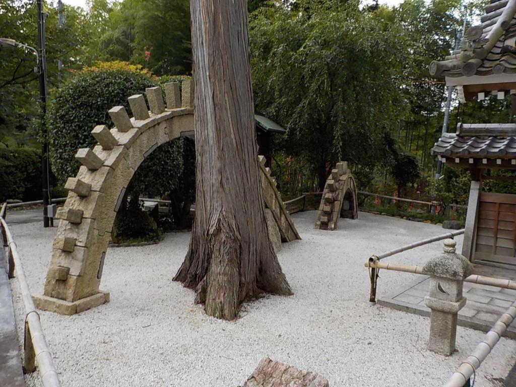 山門をくぐると右手側に竜のモニュメントがあります