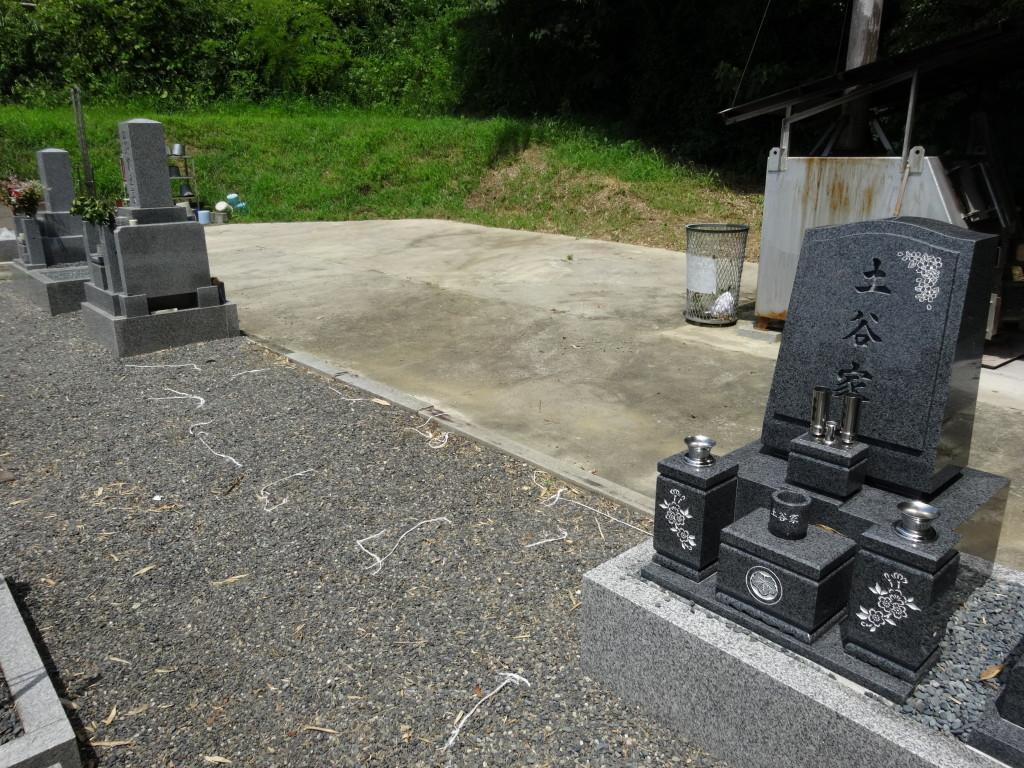 墓地は通路も広く、水汲み場もあります