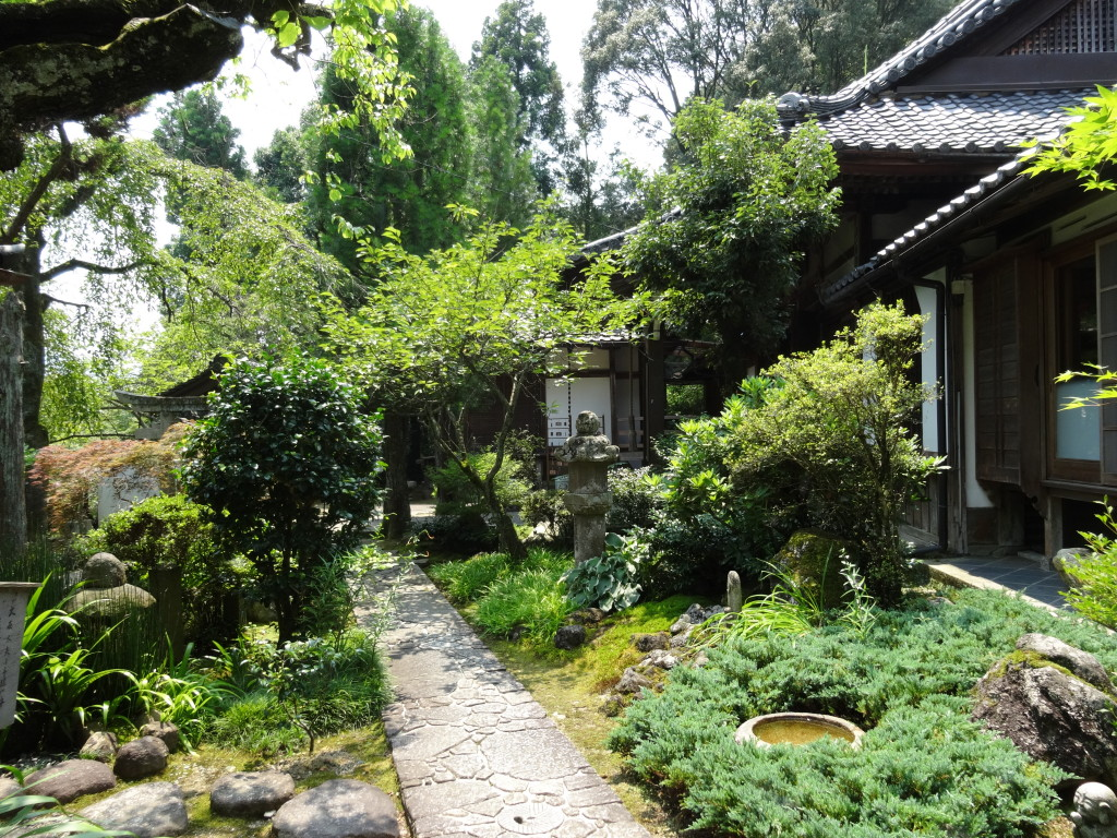 庫裡と中庭も綺麗に手入れされています