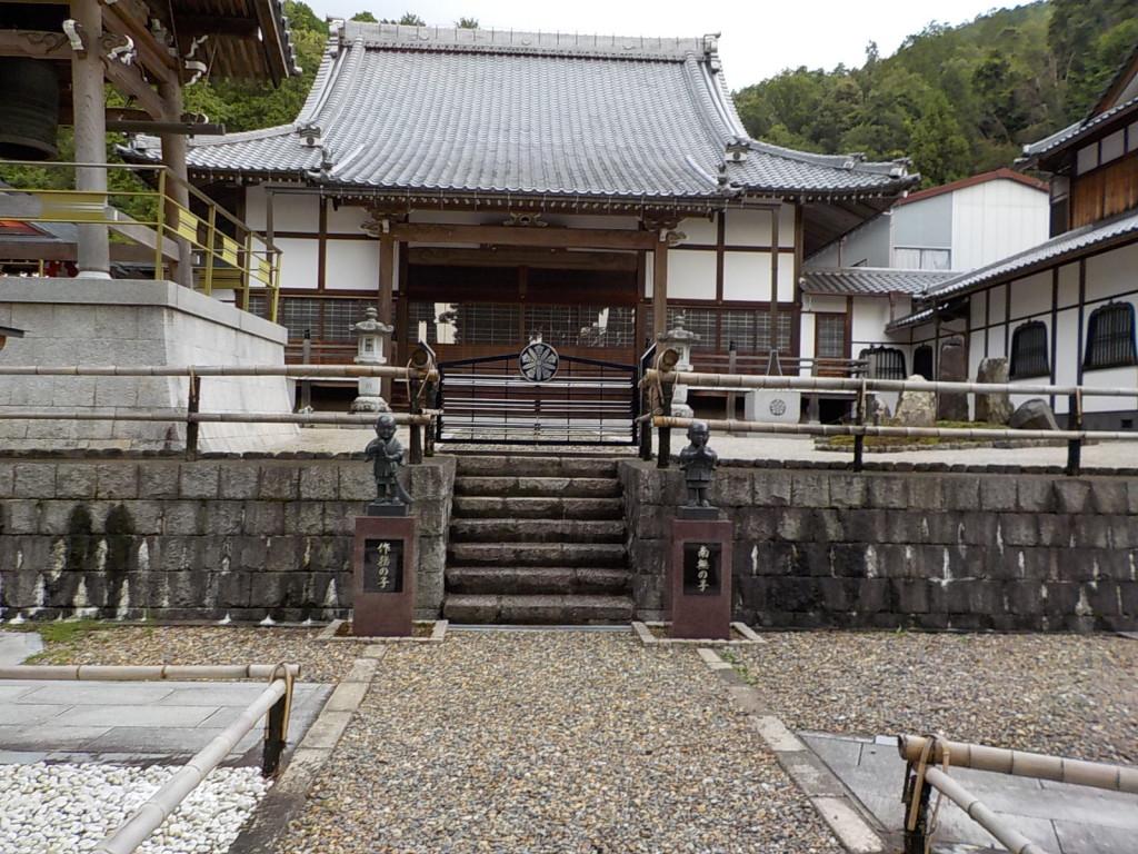 山門の正面に本堂があります