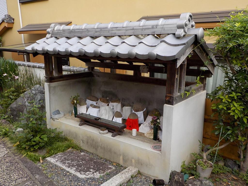 山門の側に祀られている地蔵尊です