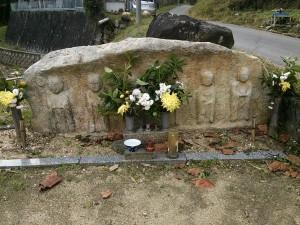 一つの石に彫られた六体地蔵尊が墓地を見守って下さっております