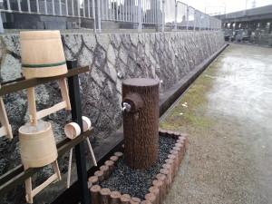 綺麗に整頓された水汲みがが各所にございます