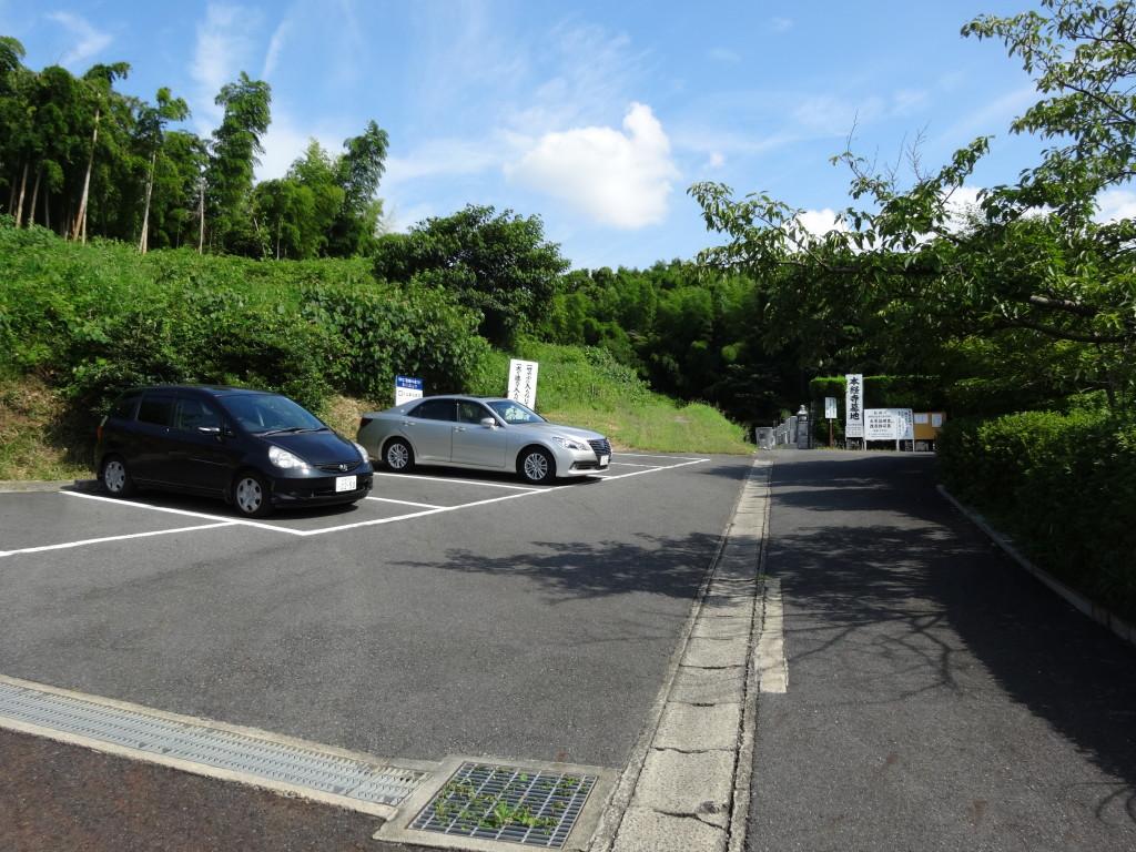 駐車場広く墓地納骨堂に隣接しています。