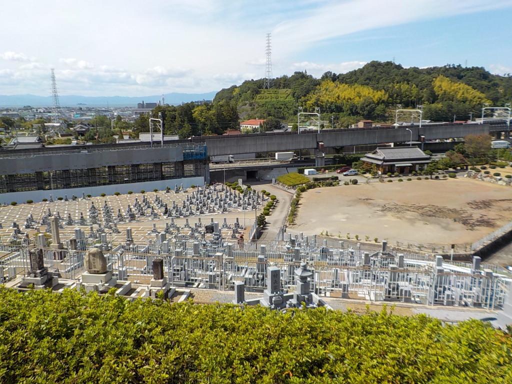 墓地全体です、一番高台に上がると琵琶湖が一望できます
