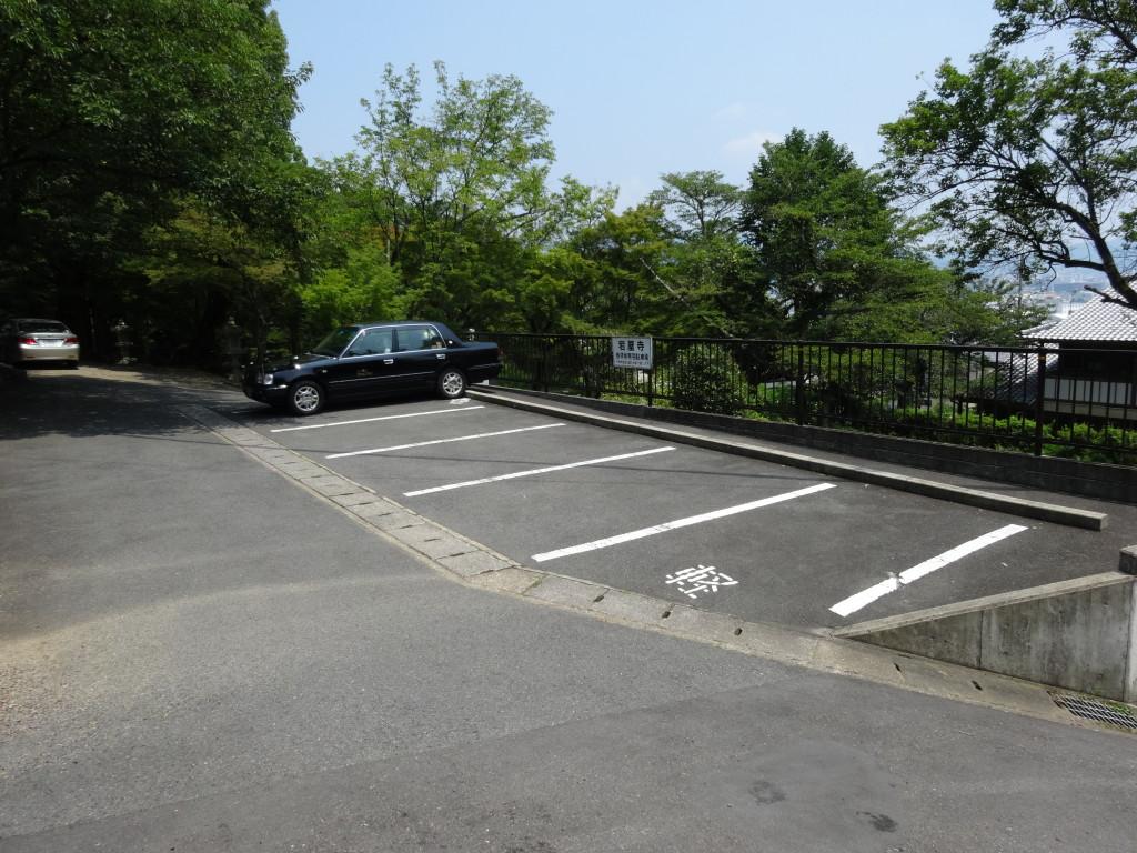 山門の階段横にある駐車場です
