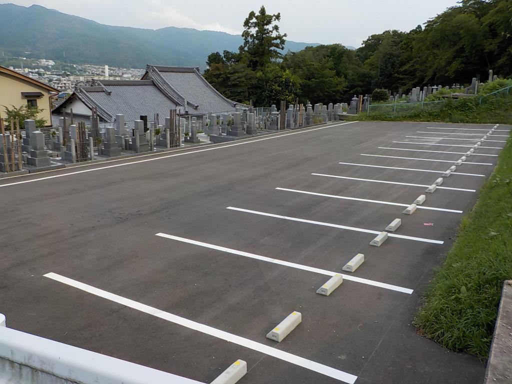 墓地の裏に大駐車場がございます