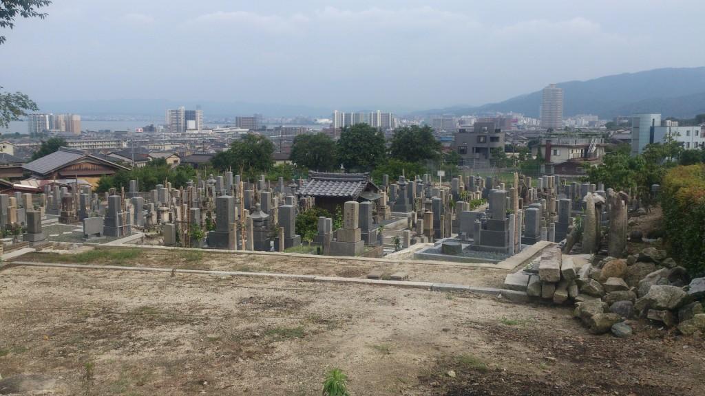 墓地からは琵琶湖も望める明るい墓地です