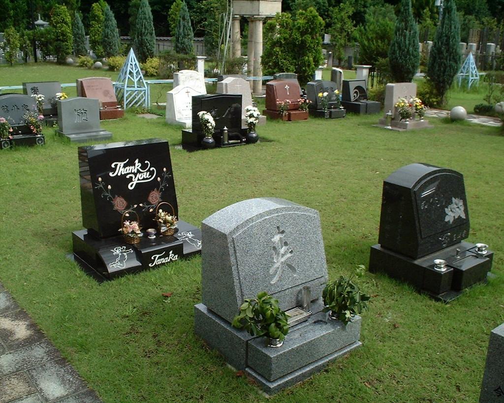 洋型エリアはカラフルな墓石が並んでおります