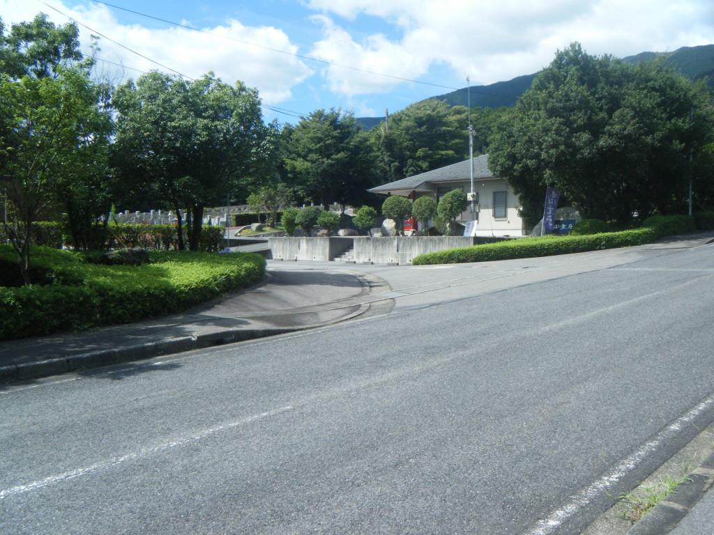 京都からのアクセスも良く161号線よりすぐに霊苑入口があり道路も広く判りやすくなっております。 京都・大阪のお客様も沢山おられます。