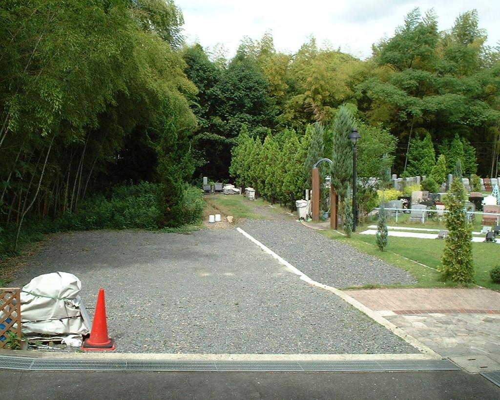 駐車場が墓地の隣にあるので、車で横まで入れます