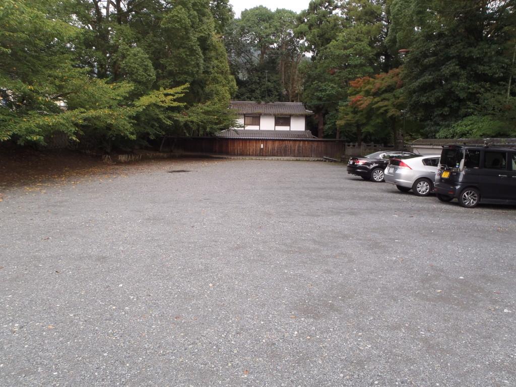 墓地に隣接した大駐車場です