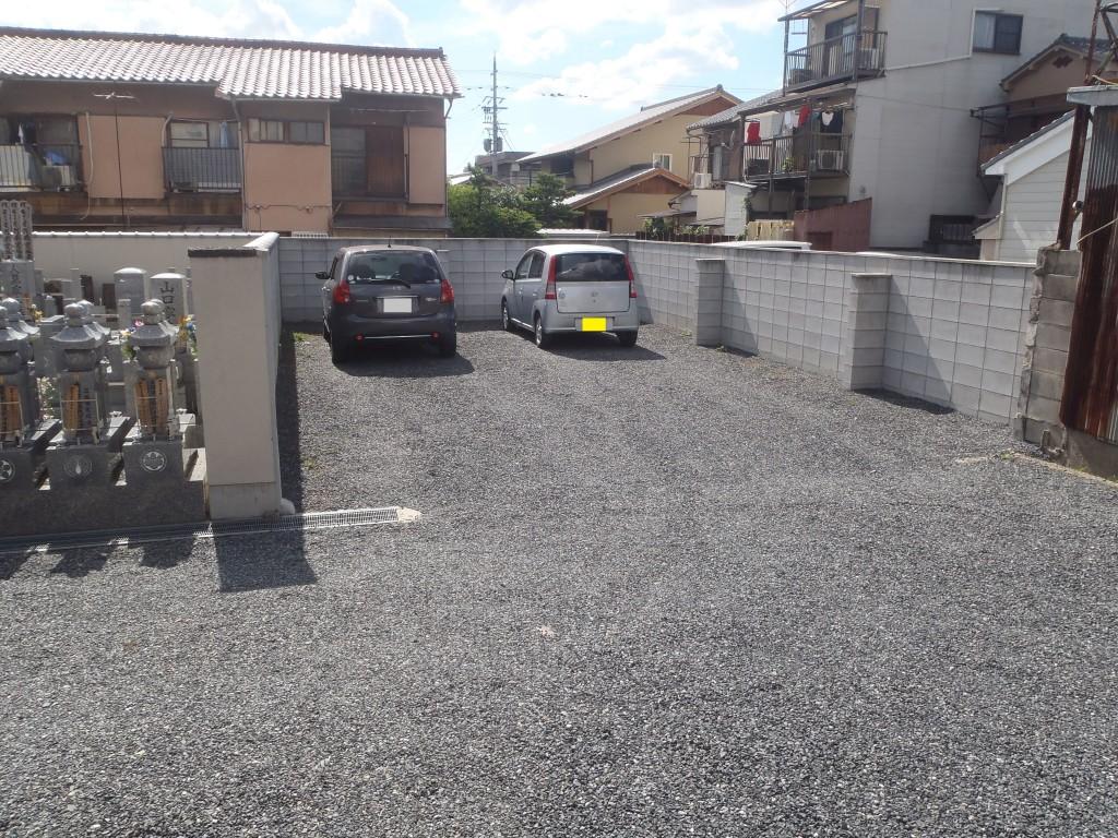 駐車場の隣はすぐ墓地でお参りがしやすいです