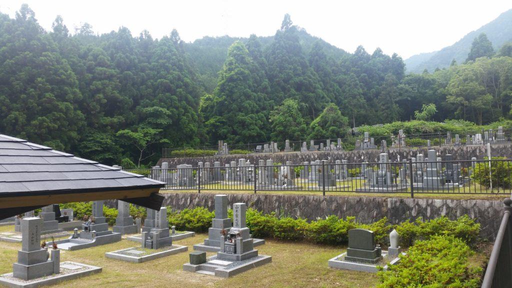 墓地の形状は段々にはなっておりますが、墓所内はフラットでお参りがしやすくなっております。
