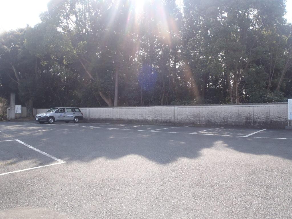 墓地のすぐ隣にある駐車場